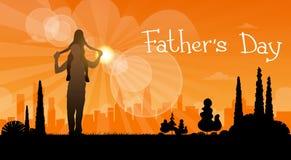 Padre Day Holiday, figlia Sit On Dad Shoulders della siluetta Immagini Stock