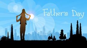 Padre Day Holiday, figlia Sit On Dad Shoulders della siluetta Fotografia Stock Libera da Diritti
