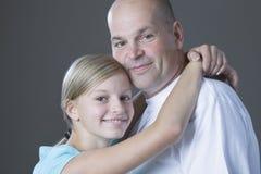 Padre de abarcamiento de la hija Imagen de archivo libre de regalías