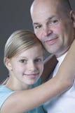 Padre de abarcamiento de la hija Imágenes de archivo libres de regalías