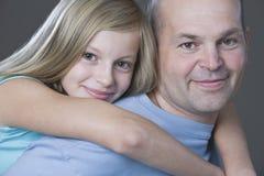 Padre de abarcamiento de la hija Fotografía de archivo