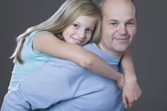 Padre de abarcamiento de la hija Fotos de archivo
