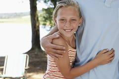 Padre de abarcamiento de la muchacha Imagen de archivo libre de regalías