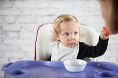 Padre de alimentación del bebé Fotografía de archivo