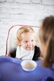 Padre de alimentación del bebé Fotos de archivo
