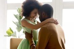 Padre de amor del pequeño abrazo adorable de la hija de la raza mixta foto de archivo libre de regalías