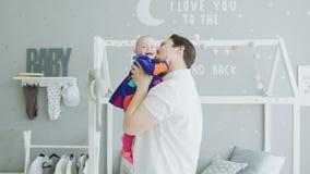 Padre de amor que juega con el bebé alegre en casa almacen de video