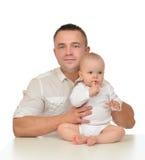 Padre de la familia feliz y bebé jovenes del niño Foto de archivo libre de regalías