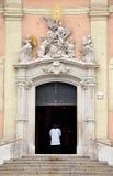 Padre de paróquia na igreja Fotografia de Stock