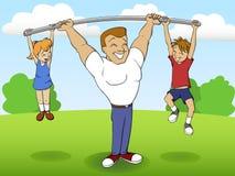 Padre de una familia que juega deportes con los niños Imagen de archivo libre de regalías