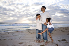 Padre del African-American e due bambini sulla spiaggia fotografie stock