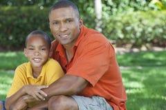 Padre dell'afroamericano e famiglia del figlio all'esterno immagine stock