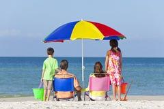 Padre della madre & famiglia dei bambini sulla spiaggia Fotografie Stock Libere da Diritti