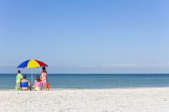 Padre della madre & famiglia dei bambini sulla spiaggia Immagini Stock Libere da Diritti