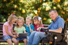 Padre discapacitado con los niños imagenes de archivo