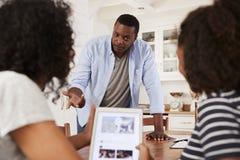 Padre Discusses Online Safety con le figlie adolescenti fotografie stock