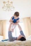 Padre divertendosi con la sua piccola figlia sveglia Fotografia Stock
