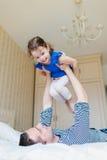 Padre divertendosi con la sua piccola figlia sveglia Immagini Stock