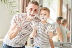 Padre divertido e hijo cubiertos en afeitar espuma imágenes de archivo libres de regalías