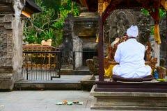 Padre do Balinese em uma cerimónia religiosa Fotos de Stock Royalty Free