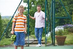 Padre Dropping Son Off para la lección de tenis Imagen de archivo libre de regalías