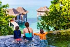 Padre e bambini alla piscina Immagine Stock