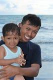 Padre e bambini asiatici Immagine Stock