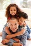Padre e bambini a casa Fotografia Stock Libera da Diritti