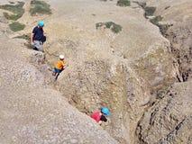 Padre e bambini che camminano nel paesaggio arido Fotografia Stock Libera da Diritti