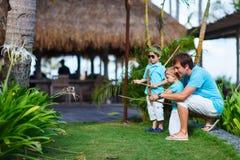 Padre e bambini che giocano all'aperto Immagini Stock
