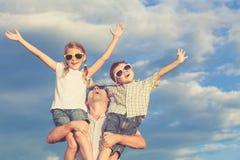Padre e bambini che giocano nel parco al tempo di giorno Fotografia Stock