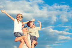 Padre e bambini che giocano nel parco al tempo di giorno Fotografia Stock Libera da Diritti