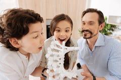 Padre e bambini che sono felici circa il nuovo modello del DNA Fotografia Stock