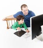 Padre e bambini con il calcolatore Immagini Stock