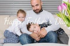 Padre e bambini ritratto, fondo di giorno del ` s del padre fotografia stock