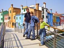 Padre e figli su un ponte Fotografia Stock