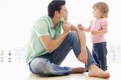 Padre e figlia all'interno che giocano Fotografia Stock Libera da Diritti