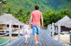 Padre e figlia alla località di soggiorno tropicale Immagine Stock