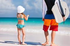 Padre e figlia alla spiaggia Fotografia Stock Libera da Diritti
