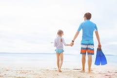 Padre e figlia alla spiaggia Fotografia Stock