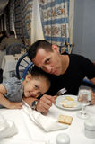 Padre e figlia alla tabella di pranzo immagine stock libera da diritti