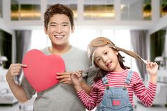 Padre e figlia asiatici sorridenti che giocano insieme fotografia stock libera da diritti