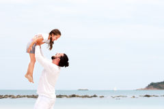 Padre e figlia che camminano insieme sulla vacanza amorosa felice tropicale abbandonata della spiaggia Fotografia Stock Libera da Diritti