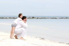 Padre e figlia che camminano insieme sulla vacanza amorosa felice tropicale abbandonata della spiaggia Immagini Stock