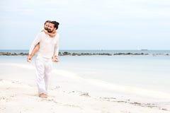 Padre e figlia che camminano insieme sulla vacanza amorosa felice tropicale abbandonata della spiaggia Immagine Stock