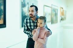 Padre e figlia che esaminano le esposizioni immagine stock libera da diritti