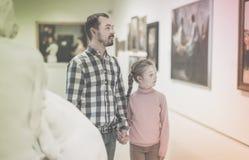 Padre e figlia che esaminano le esposizioni fotografia stock libera da diritti
