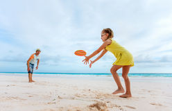 Padre e figlia che giocano con il disco di volo Immagine Stock