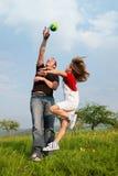 Padre e figlia che giocano gioco del calcio sul prato Immagine Stock Libera da Diritti