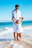 Padre e figlia che giocano insieme alla spiaggia fotografia stock libera da diritti